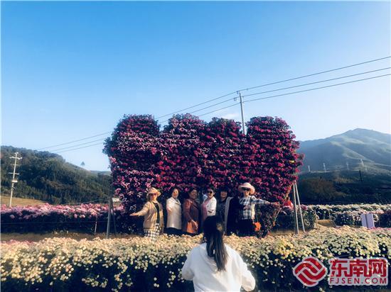 游客们在打卡点拍照留念 刘惠萍 摄.jpg