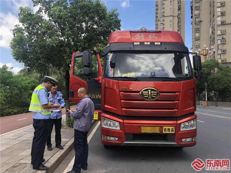 梅列交警民警在工业北路设卡检查.jpg