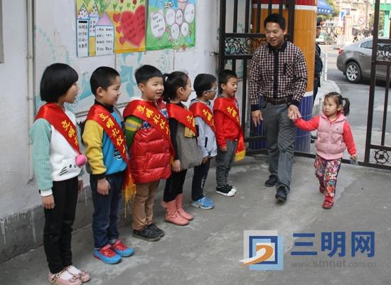 """本月起,市妇联幼儿园组织开展以 """"讲文明懂礼貌""""为主题的""""文明礼仪小"""