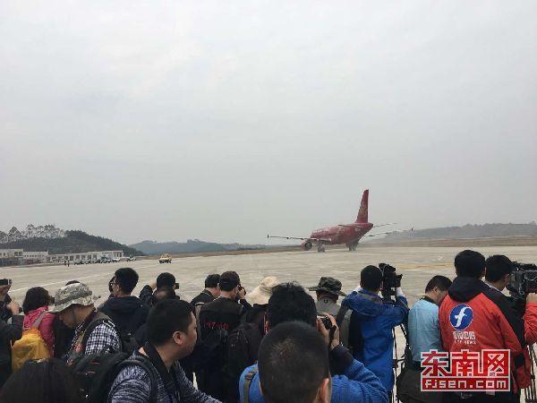三明沙县机场通航活动  飞机10时37分落地三明沙县机场 东南网三明3月7日讯(本网记者 卢金福)今日,福建三明沙县机场实现首次通航。上午8时55分,航班号为HO1109的红色空客A320飞机,从上海浦东国际机场起飞,于10时37分落地三明沙县机场。在停机坪上举行简短的接机仪式后,于机场航站楼举行通航活动。民航系统、部队、三明市委、市政府等单位的300多位领导和嘉宾应邀参加通航仪式。